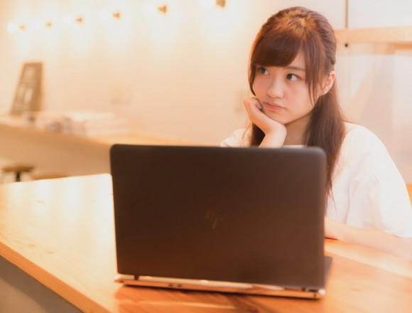 girl-thinking-in-front-of-pc