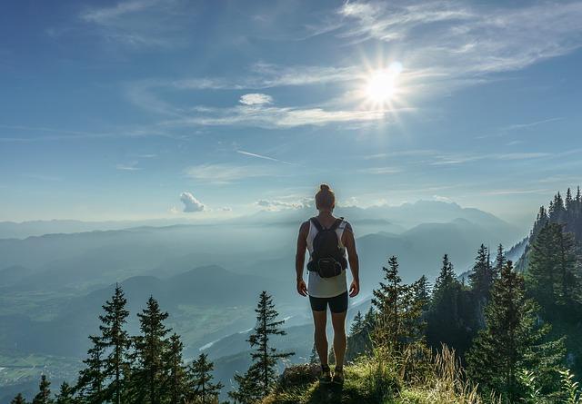 hiker-918473_640