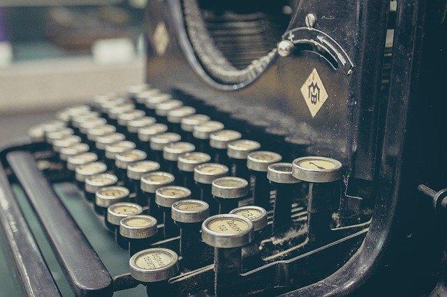 typewriter-407695_640